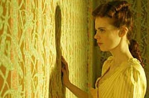 A depressed woman becomes obsessed by the pattern and color of wallpaper.